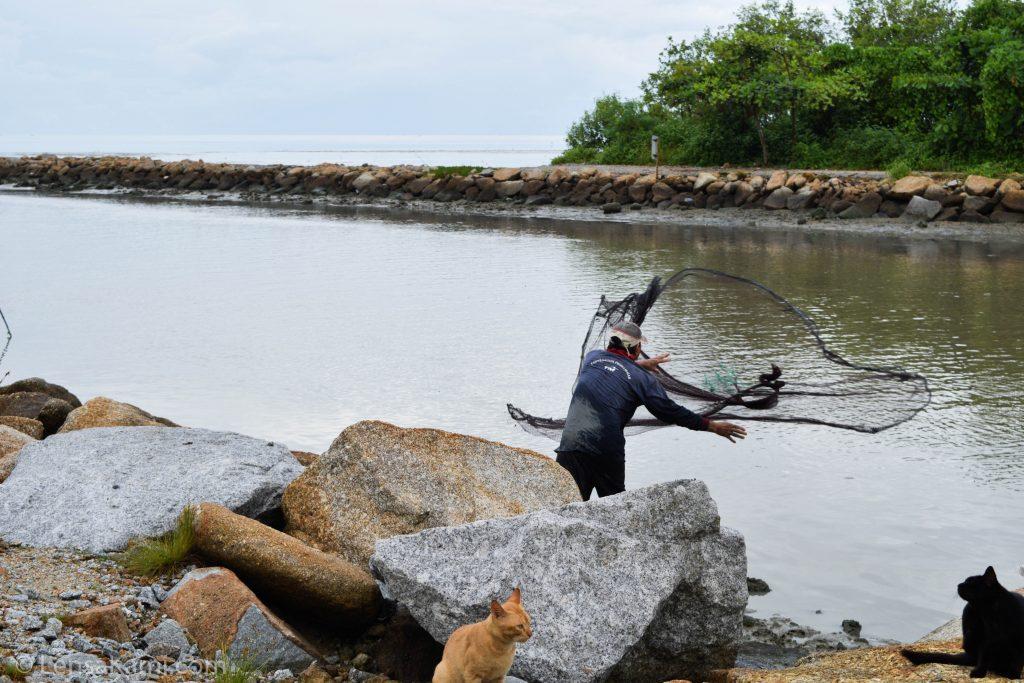 Menjala udang di Pantai Melindo, balik Pulau